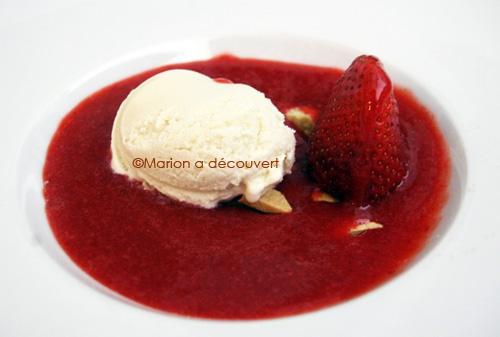 Soupe de fraises et crème glacée au yaourt de brebis