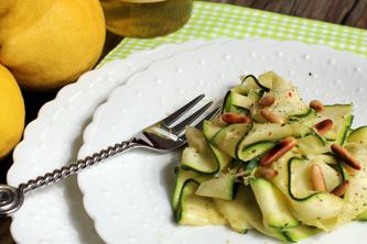 Salade de courgettes citronnées et ses pignons grillés