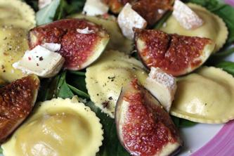 Salade tiède de raviolis figue/jambon cru, pousses d'épinard, figues poêlées & crottin de Chavignol (article sponsorisé)