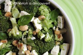 Salade de brocoli, feta, basilic et noisettes