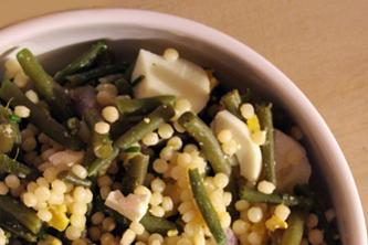 Salade tiède de fregola, haricots, feta et ciboulette
