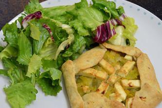 Tartelettes rustiques à la fondue de poireaux, feta et graines de sésame