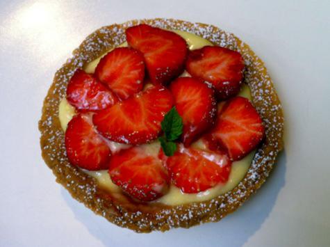 Tartelette rustique à la crème de mangue & fraises