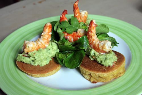 Crevettes snackées, guacamole et blinis de maïs