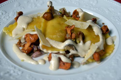 Ravioles aux champignons sauvages, parmesan et écume à l'huile de truffe