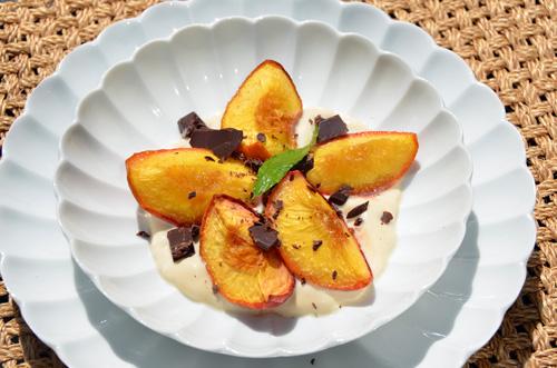 Pêches rôties à l'huile d'olive, chantilly verveine et éclats de chocolat noir