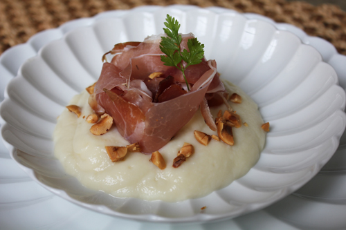 Crème de chou-fleur, chiffonade de speck et noisettes du Piémont