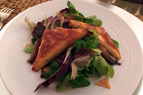Salade de mâche, croustillants de chèvre chaud et nougatine aux amandes