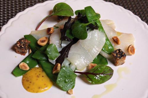A la découverte du Cobia ! Sashimi de cobia aux pois gourmands, mayonnaise à l'ancienne, et noisettes…