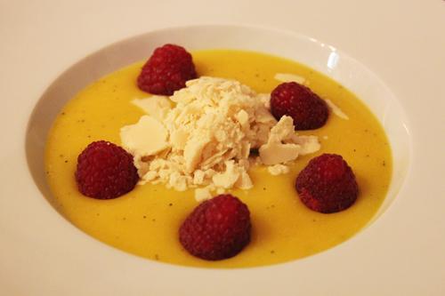 Soupe de mangue, framboises et sorbet fromage blanc au sucre muscovado