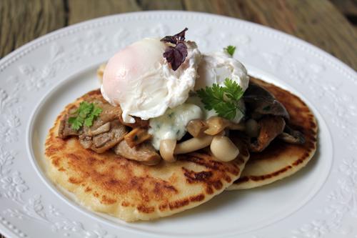 Oeufs pochés, champignons sauvages, blinis tièdes et crème ciboulette…What a brunch !