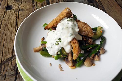 Salade de légumes verts, poulet croustillant et sauce yaourt citronnée
