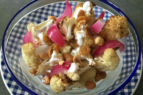 Salade de chou fleur rôti aux oignons rouges, raisins blonds et noisettes