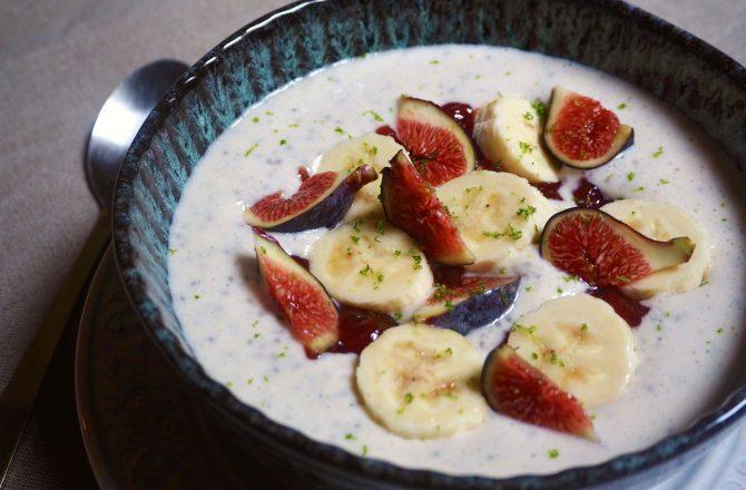 Smoothie bowl fraises, banane et graines de chia