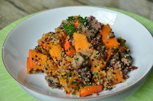 Salade tiède de quinoa au potimarron, champignons, cranberries, pécan grillées et foies de volaille
