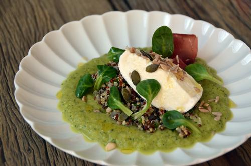 Quinoa et crème de courgette, mozzarella, graines et bresaola
