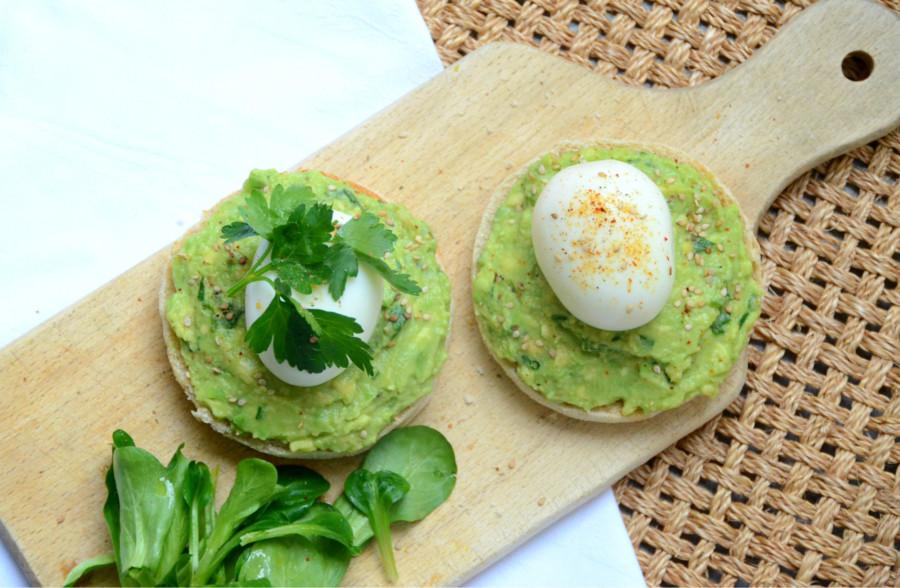 Avocado Toasts aux trois herbes, sésame et œufs mollets