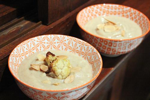 Velouté de chou-fleur rôti, lait d'amandes et pointe de curry