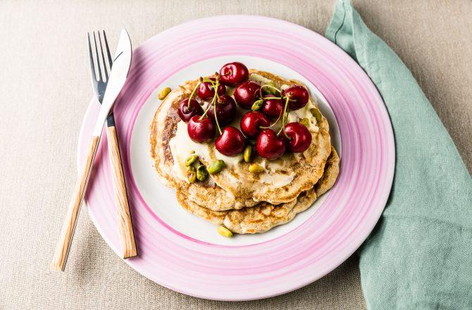 Pancakes aux cerises, crème chocolat blanc, pistaches