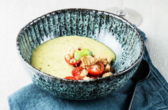 Soupe froide de courgette, tomate, chèvre frais et crumble aux pignons de pin
