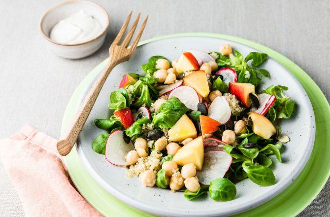 Salade de quinoa, mâche, pois chiche, nectarine, graines de courge, vinaigrette citronnée