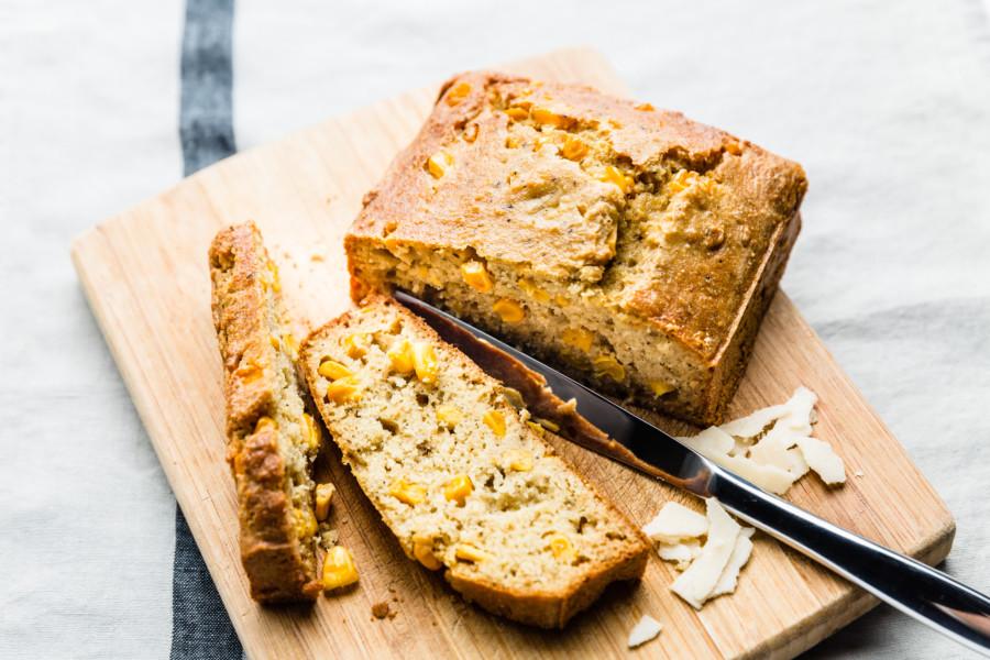 Cornbread au parmesan, persil plat et amandes