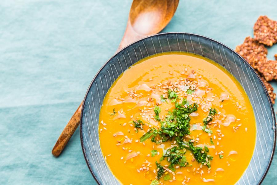 Soupe de patate douce, carotte, lait de coco et pointe de sésame