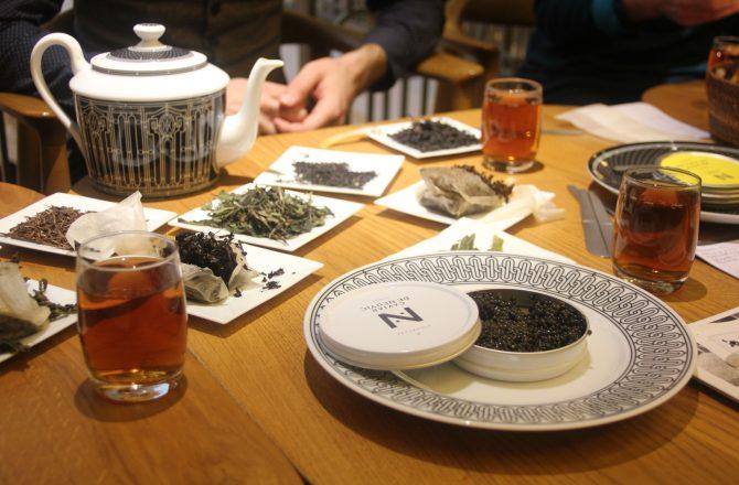 Les ateliers « Thé-rritoires » par Le Plongeoir chez Hermès, voyage dans l'univers du thé.