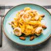 Penne au pesto de carottes, boudin blanc et oignons caramélisés