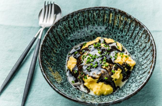 Oeufs brouillés au caviar liquide, crème et ciboulette