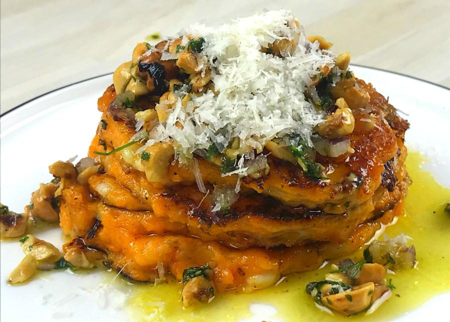 Pancakes de patate douce à la mozzarella, parmesan et noisettes torréfiées