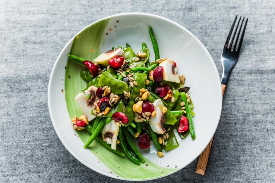 Salade de légumes verts, champignons, cerises et graines torréfiées