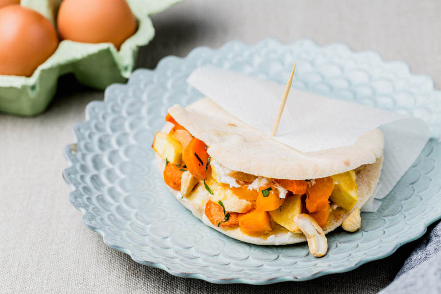 Sandwich Pita aux oeufs brouillés, carottes rôties, pommes et noix de cajou
