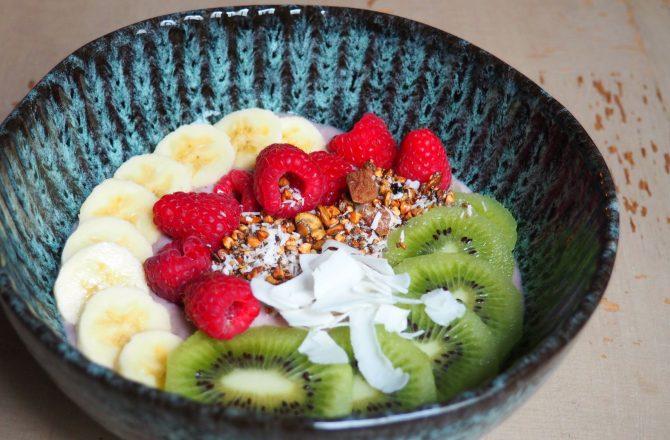 Açaï bowl aux fruits frais, lait d'amande et granola
