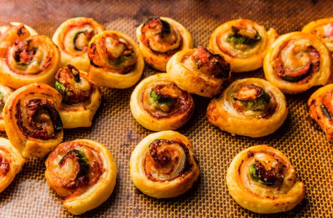 Feuilletés coppa, pesto, mozzarella, pignons de pin