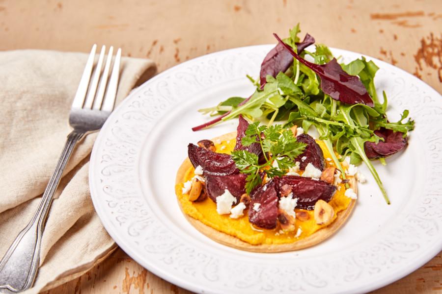 Tarte fine au caviar de carotte, betterave rôtie, feta et noisettes
