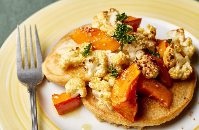 Pancakes salés au potimarron, chou fleur et crème de sésame