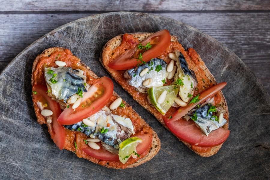 Bruschetta à la tomate, maquereaux, pignons de pin