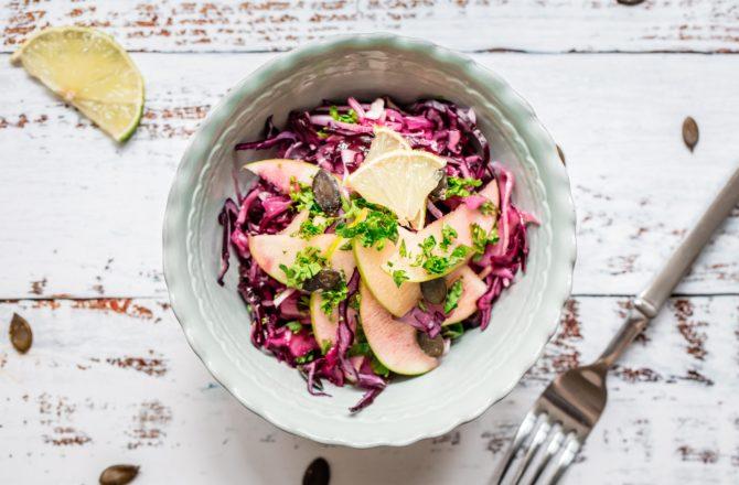 Salade de chou rouge, pomme granny et graines de courge