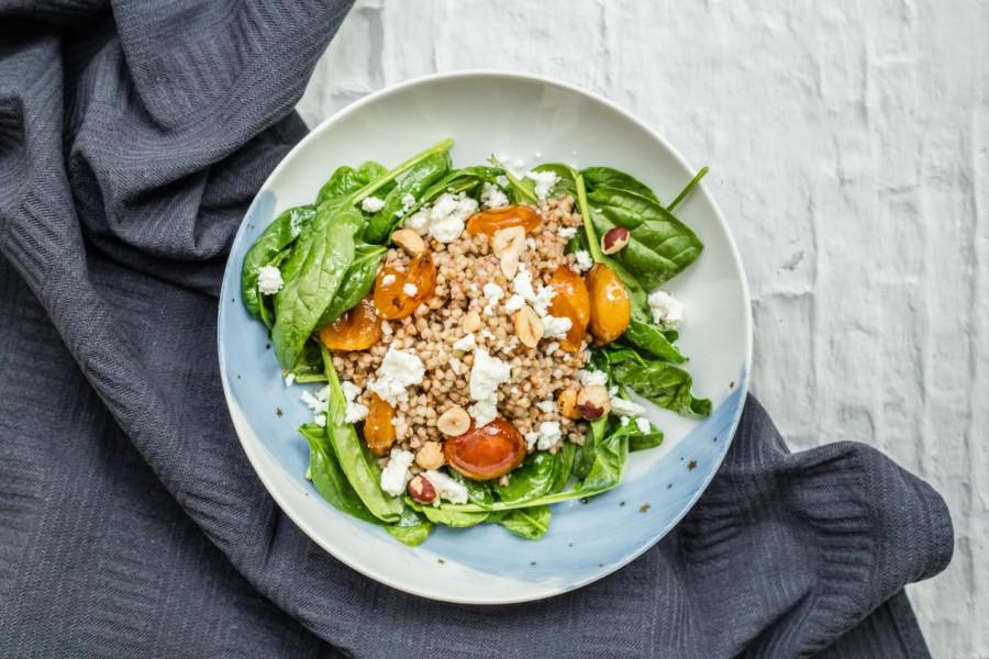 Salade de sarrasin, mirabelles poêlées, feta et noisettes grillées