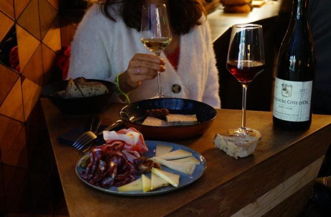 Chez nous : QG bon vin/bonne bouffe, on adore.