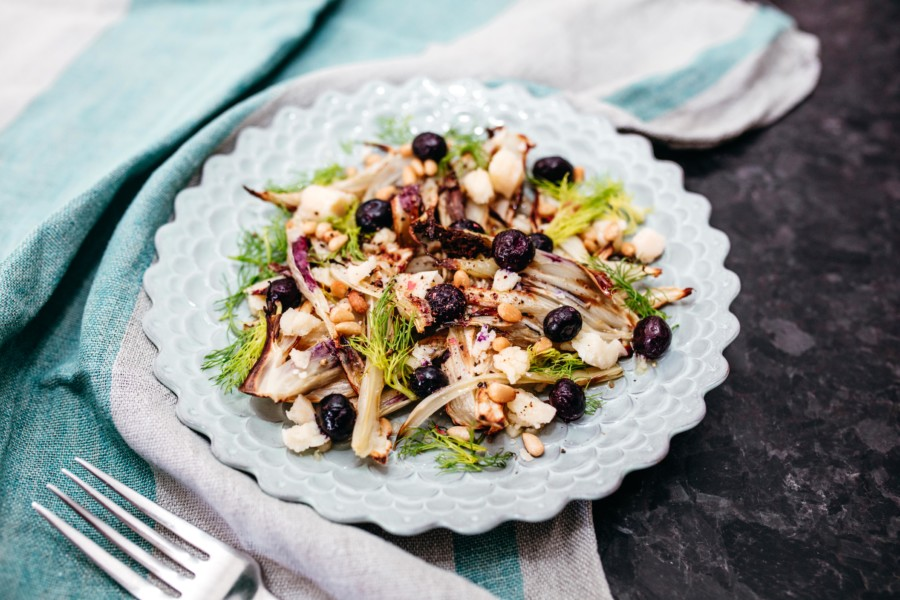 Salade de fenouil rôti, myrtilles, parmesan et pignons de pin